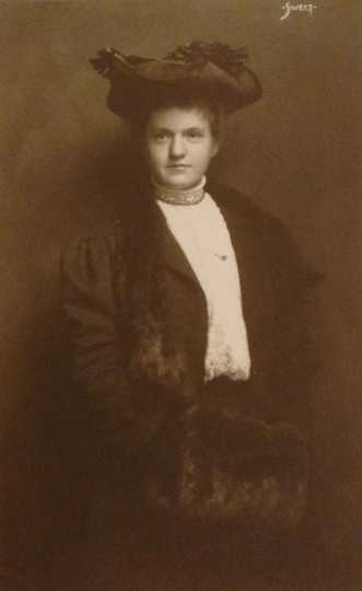 Black and white photograph of Frances E. Andrews, ca. 1907. From the Ernest Oberholtzer papers, Manuscript Collection, Minnesota Historical Society.