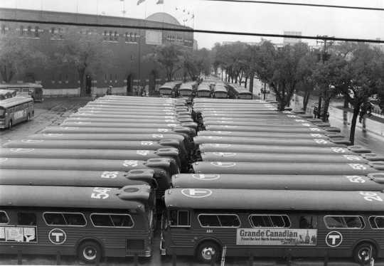 Fleet of new, air conditioned buses purchased by the MTC in the early 1970s, after the commission acquired Twin City Lines. Photo by the St. Paul Pioneer Press; used with permission.