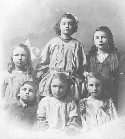 Photograph of the children of Anton and Elizabeth Gág c.1905. Back row (left to right): Stella, Debli, Wanda. Front row (left to right): Howard, Asta, Nelda.