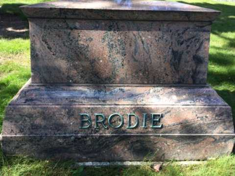 Color image of a Morton gneiss headstone in St. Paul's Oakland Cemetery, 2016. Photograph by Paul Nelson.