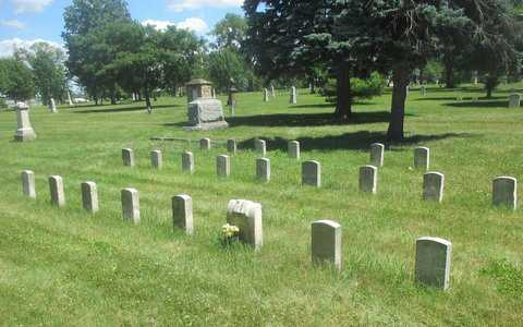 Color image of the military plot at Pioneers and Soldiers Memorial Cemetery in Minneapolis, 2016. Photographed by Paul Nelson.