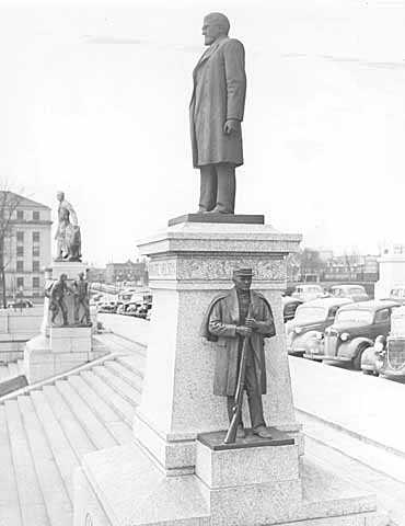 Bronze statue of Knute Nelson
