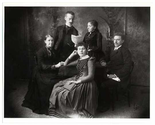 Jakob Hendrik Gerhard Fjelde with his siblings