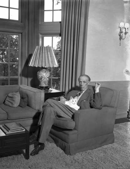 Black and white photograph of Sinclair Lewis, photographed by the Minneapolis Star Tribune, 1945.