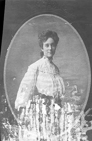 Black and white photograph of Marian Le Sueur, mother of Meridel Le Sueur, c.1900.