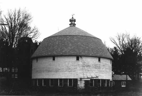 Sparre Round Barn (Nowthen, Minnesota), 1979. Photograph by Lynne VanBrocklin Spaeth.