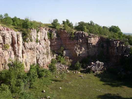 Color image of a Sioux quartzite cliff in Blue Mounds State Park, 2007.
